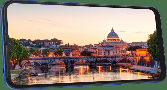 imagem do smartphone E7 Power com uma leve inclinação, na tela do celular está uma paisagem da Ponte Sant'angelo, de Roma